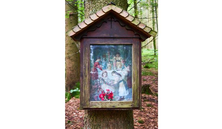 Blick auf das Marterl, Marienbild, auf einem Baumstamm