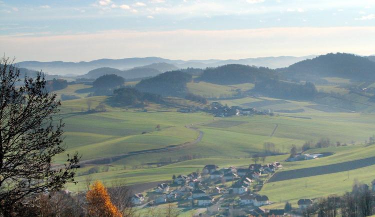 Einen unvergleichlichen Weitblick über die hügelige Landschaft in Deutschland, Tschechien und Österreich genießen Sie auf dem Dreiländerblickweg.