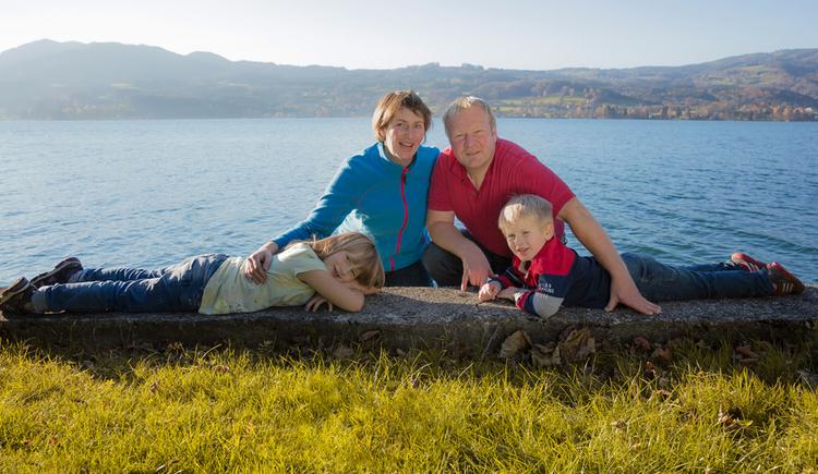 Familie Holzinger mit ihren beiden Kindern am Badestrand