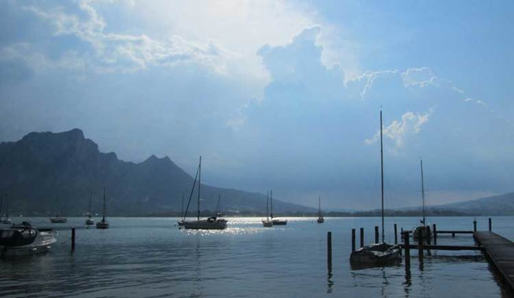 look over the Mondsee, boats and mountains. (© www.mondsee.at)