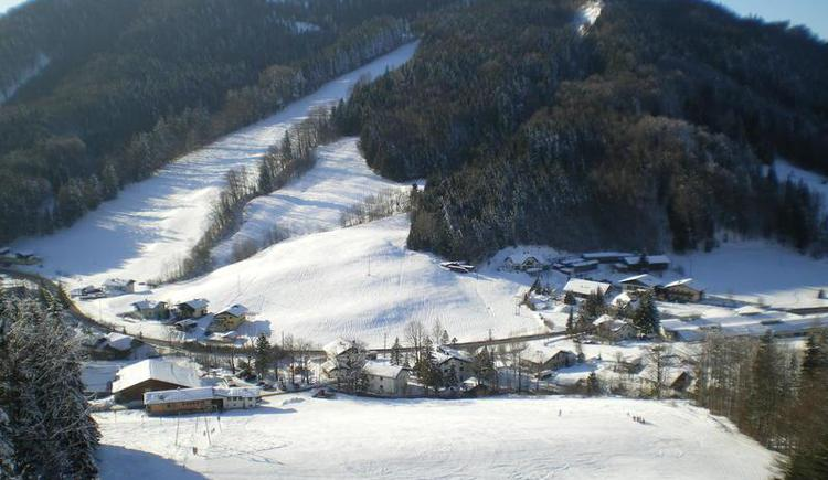 Ski slope and a wonderful winter landscape (© Schmiedhornlift Faistenau)