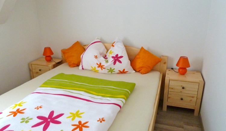 Schlafzimmer mit Doppelbett im Ferienhaus Salzberg.