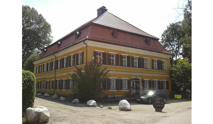 Blick auf das Haus, Auto vor dem Haus. (© Tourismusverband Mondseeberg)