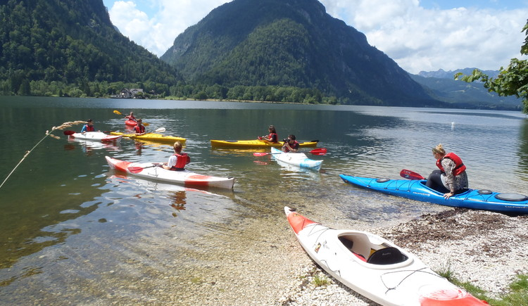 on the photo you see a group of people doing a Kajak tour on Lake Hallstatt. (© Kajakverleih Gerhard Gschwendtner)