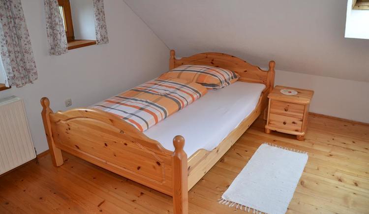 Bett 140cm Familienzimmer (© Bauernhof Obere Wolfsgrub)