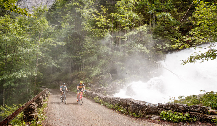 Gravel biking next to roaring waterfalls. (© Erwin Haiden bikeboard.at)