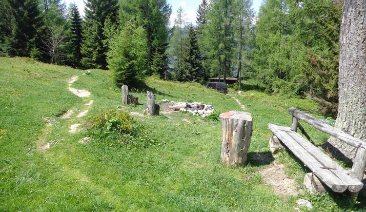 Sitzgelegenheit bei der Hütte