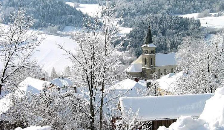 Pfarrirche Julbach mit Winterlandschaft (© Privat)