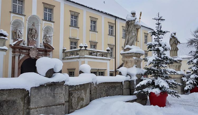 Äusserer-Stiftshof_Winter2_Stift_Kremsmuenster (© Stift Kremsmünster)