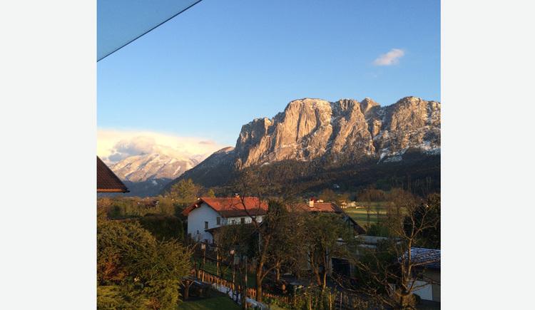 Ausblick auf die Landschaft, Häuser, Bäume, verschneite Berge