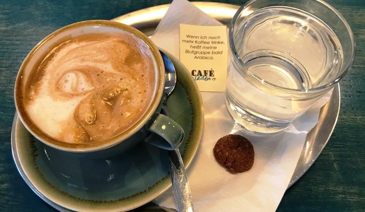 Lecker Frühstücken, oder den Nachmittag bei gutem Kaffee und selbstgemachten Kuchen genießen. All das kannst du bei Gabi Pramesberger im CafeLaden. (© CafeLaden Bad Goisern, Gabriele Pramesberger)