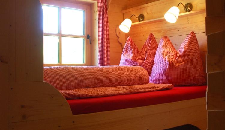 Drei Schlafzimmer mit je einem Doppelbett bieten genügend Raum für bis zu 6 Erwachsenen und einem Kleinkind (bis ca. 2 Jahre im Holzgitterbettchen).