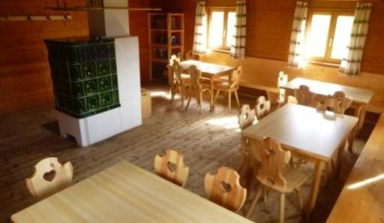 Aufenthaltsraum der Selbstversorgerhütte (© Verein zur Förderung evangelischer Jugendarbeit in Bayern e.V.)