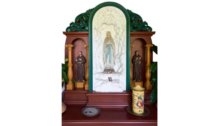 Blick auf den Altar mit heiligen Figuren, Gemälde