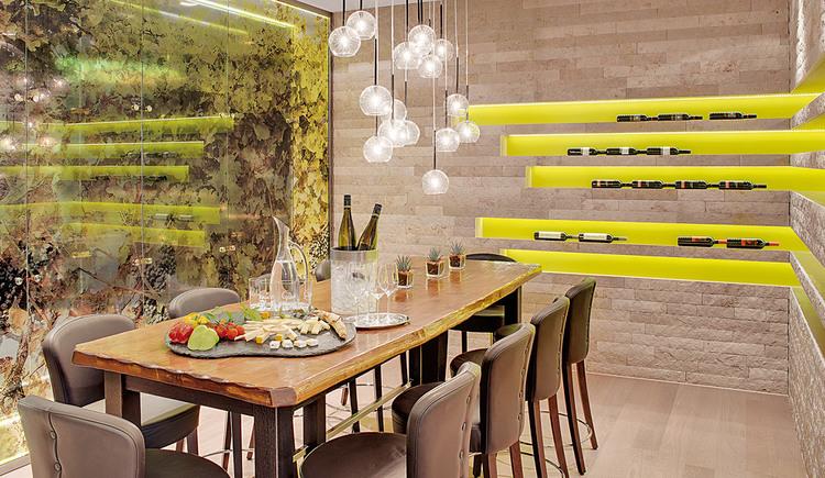 Gedeckter Holztisch im Restaurant Weineck