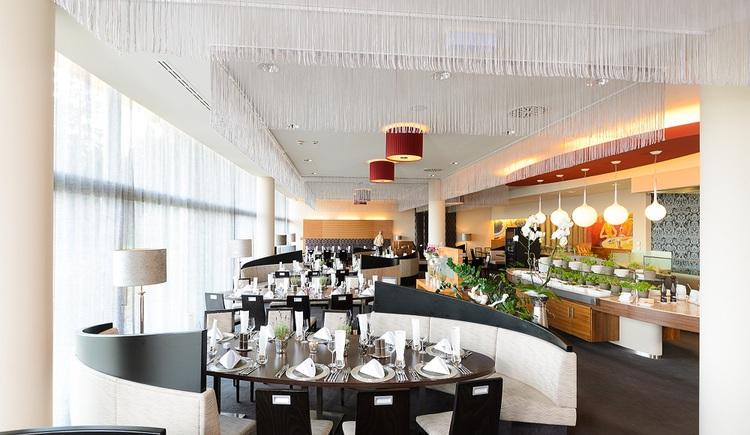 Kulinarischer Hochgenuss wird im AVIVA-Restaurant begleitet von umwerfendem Panorama über Oberösterreich. (© Hotel AVIVA)