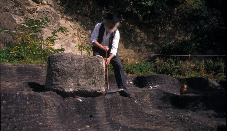 Handwerk im Steinbruch für Mühlstein