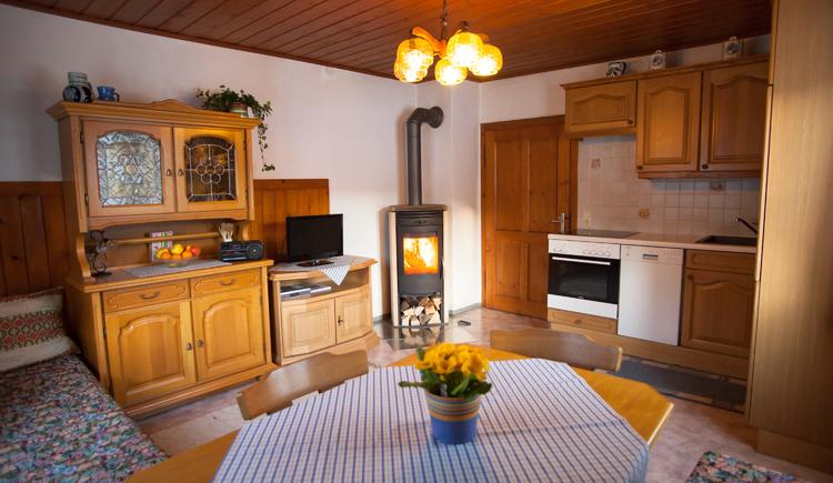 Das gemütliche Wohnzimmer lädt förmlich zu romantischen Stunden ein. (© Inge Kirchschlager)