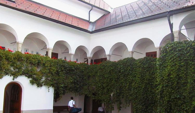 Das Schloss Götzendorf liegt auf diesem Weg. Innenhof mit einer zauberhaften Arkade.