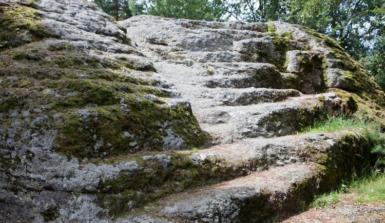Steintreppe zum Heidenstein in Eibenstein (© Walter Grohs)