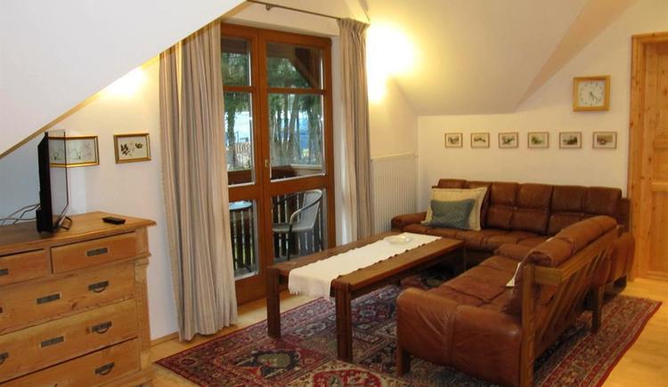Wohnzimmer Sitzgarnitur vor Tür z. Balkon (© Hedi Huhle)