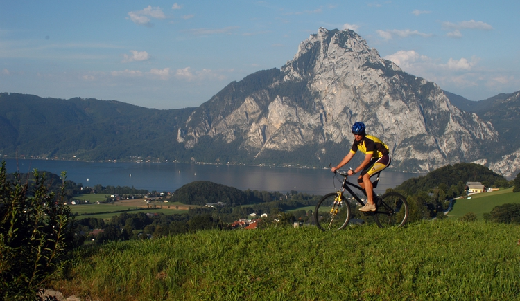 Mountainbiker_vor_Traunstein.jpeg (© Ferienregion Traunsee)
