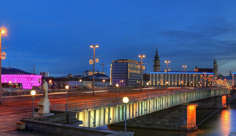 Linzer Nibelungenbrücke bei Nacht (© ©juergenbrochmann)
