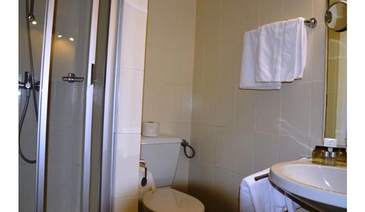 Badezimmer mit Waschbecken, Toilette, Dusche