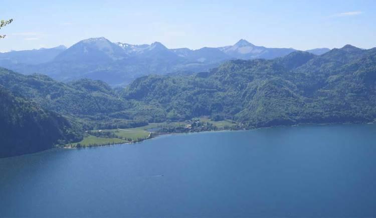 Blick auf den See, im Hintergrund die Berge