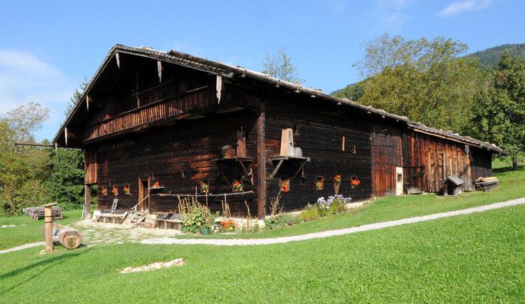 Altes Holzhaus ohne Rauchfang, im Grünen gelegen. (© www.mondsee.at)