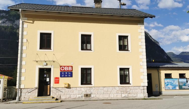 Straßenansicht vom Bahnhof Obertraun Dachsteinhöhlen. (© Ferienregion Dachstein Salzkammergut)