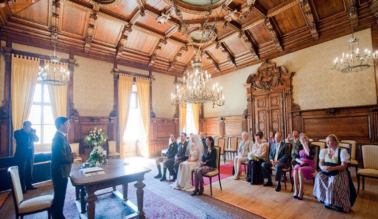 Standesamt Mondsee mit Standesbeamten, Brautpaar und Hochzeitsgästen