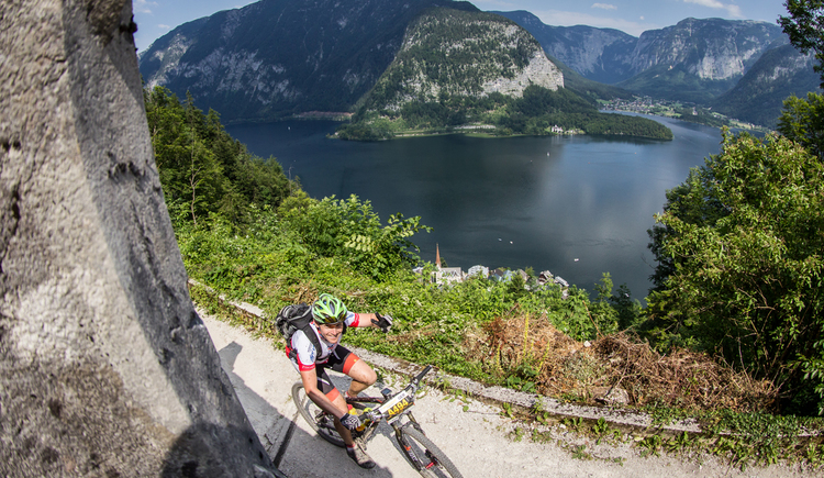 A well-tempered Salzkammergut Trophy participant drives up the salt mountain in Hallstatt. (© Erwin Haiden)