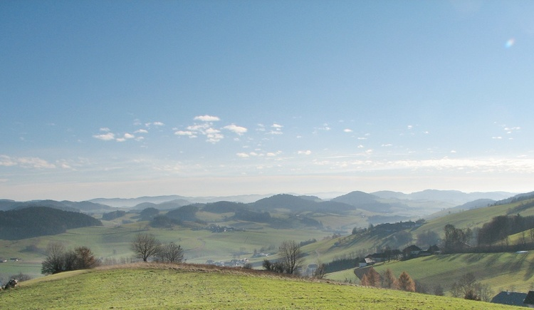 Atemberaubender Weitblick über die hügelige Landschaft des Mühlviertels bis hin zu denAlpen. (© Ferienregion Böhmerwald | Schwarzmann)