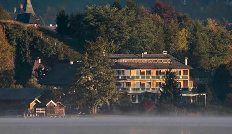 Blick auf das Seehotel Lackner vom See aus, Herbststimmung. (© Seehotel Lackner)