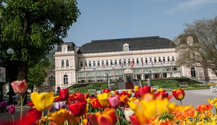 Kongress & TheaterHaus umgeben von einem Blütenmeer des Kurparks. (© Kongress & TheaterHaus)