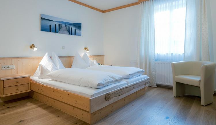 Zimmer mit Doppelbett, teilweise mit Balkon und Seeblick