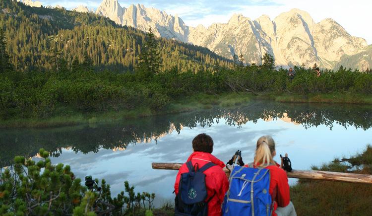 2 Wanderer genießen die Morgenstunden beim Löckernmoor.
