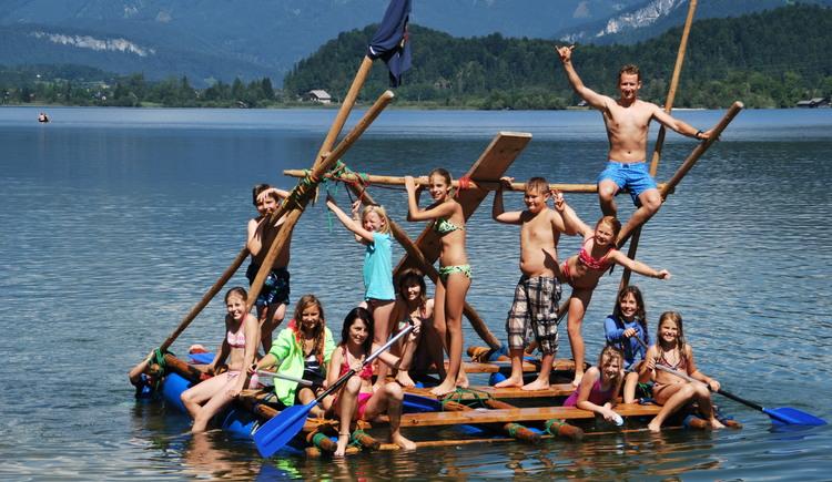 Das Floßbauen mit der Firma Outdoor Leadership ist bei Schulgruppen und Firmenseminaren sehr beliebt. (© ©Heli Putz)