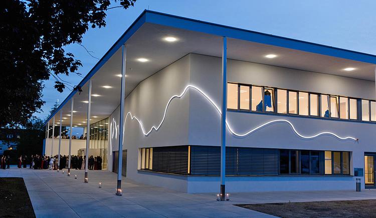 Veranstaltungszentrum von außen in Abenddämmerung. (© Stadtgemeinde Marchtrenk)