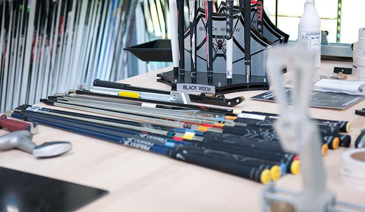 Für das Custom Fitting betreiben wir im Golf-Trainingszentrum eine eigene Anlage mit High-Tech Equipment und eigener Abschlagfläche, sowie Testschlägern der meisten gängigen Marken. Das Fitting dauert rund 45 Minuten und ist kostenlos, wenn sich Spieler dazu entschließen, auch neue Schläger zu kaufen. (© Laimer4Golf GmbH)