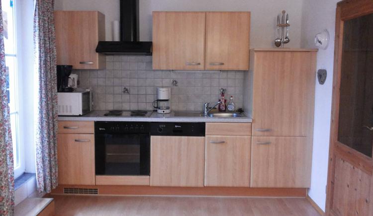 Küche mit Herd, Geschirrspüler, Kaffeemaschine, Mikrowelle, Wasserkocher, Spüle