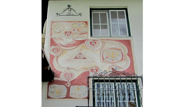 Gemälde auf einer Hausmauer, Fenster