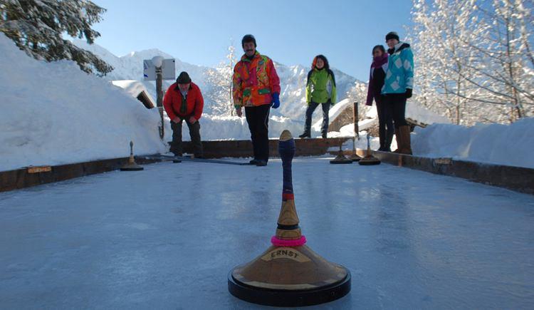 Eisstockschießen in Gosau. (© Tourismusverband Dachstein Salzkammergut)