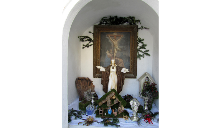 Blick auf Heiligenfiguren, im Hintergrund ein Gemälde