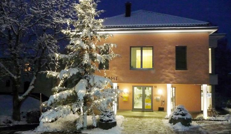 Gemeindeamt mit Weihnachtsbaum (© Gemeindeamt St. Johann am Wimberg)