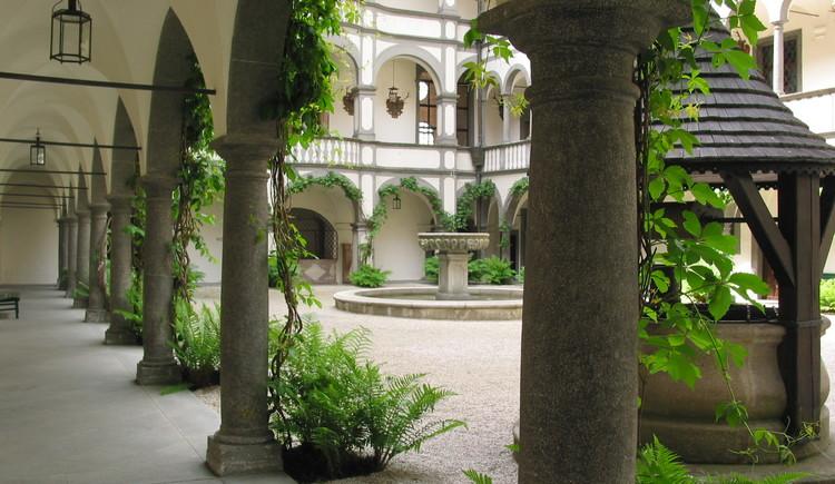 Arkadenhof - Blick zum Brunnen