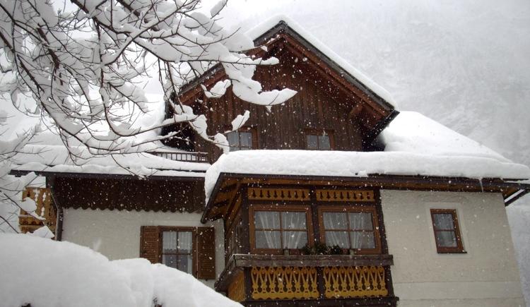 Vorderansicht der Ferienwohnung Aschauer in Hallstatt im Winter. (© Ferienwohnung Aschauer)
