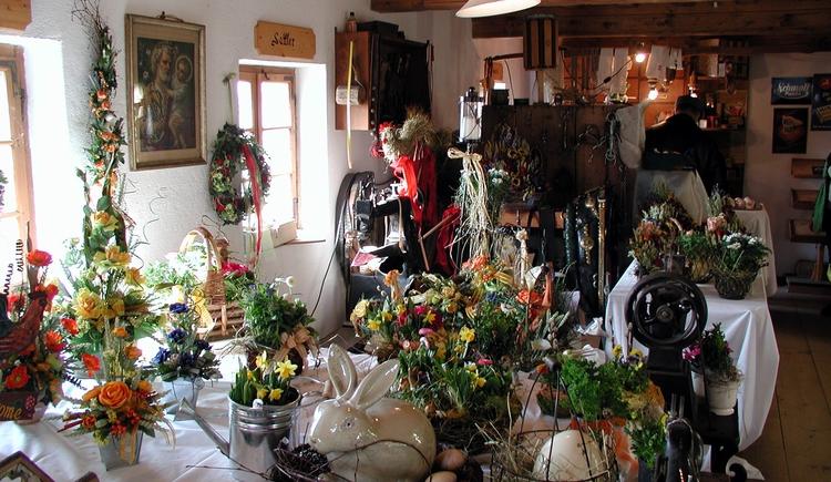 Zwei Wochen vor Ostern findet seit vielen Jahren der Ostermarkt am Stehrerhof statt. An über 60 Ständen wird österliches und bäuerliches Kunsthandwerk angeboten und dieses Handwerk zum Teil auch vorgeführt. (© Stehrerhof)