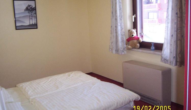 Im schönen hellen Schlafzimmer sind ruhige Nächte garantiert.